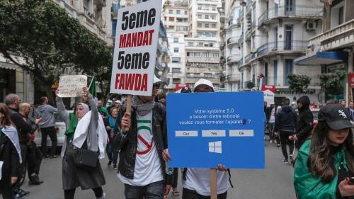 """EN IMAGES. """"Dégage"""", """"Momie"""", """"Gameover""""... Les pancartes de la colère des manifestants algériens"""