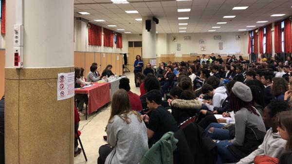 """""""C'est important d'avoir deux niveaux d'action"""" : à Paris, des lycéens débattent sur l'écologie avant d'aller manifester"""