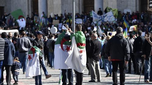 Algérie : des milliers de personnes manifestent dans le centre d'Alger pour demander le départ d'Abdelaziz Bouteflika
