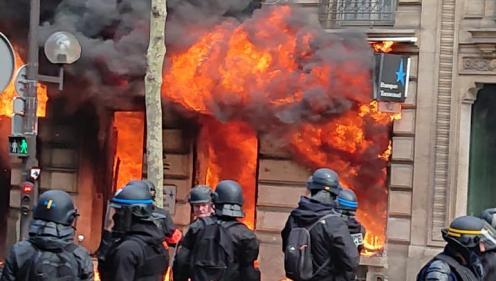 """VIDEO. """"Ils sont en train de mettre le feu à la banque"""" : une femme et son bébé sauvés des flammes au cours de la manifestation des """"gilets jaunes"""" à Paris"""