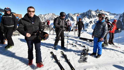 """""""Gilets jaunes"""" : Emmanuel Macron écourte son séjour à la station de ski de La Mongie et rentre à Paris"""