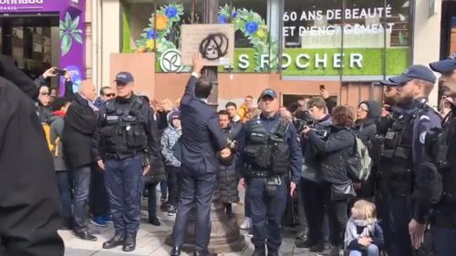 """VIDEO. """"Honte à eux"""" : Christophe Castaner dépose une fleur devant la plaque de Xavier Jugelé, dégradée lors de la manifestation des """"gilets jaunes"""""""