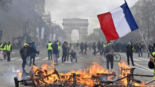 """VIDEO. """"Gilets jaunes"""" : les Champs-Elysées sous le choc après les violences"""
