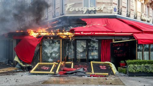 """""""Gilets jaunes"""" : l'incendie du Fouquet's a-t-il été provoqué par des grenades lacrymogènes des forces de l'ordre ?"""