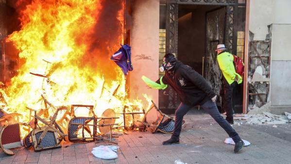 """""""Gilets jaunes"""" : un homme touché à l'oeil par un tir de LBD à Paris porte plainte"""