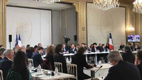 """VIDEO. """"Gilets jaunes"""", climat ou encore ISF... Emmanuel Macron participe au grand débat national avec des intellectuels à l'Élysée"""