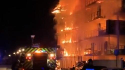 nouvel ordre mondial   Var : un spectaculaire incendie ravage un immeuble à Draguignan