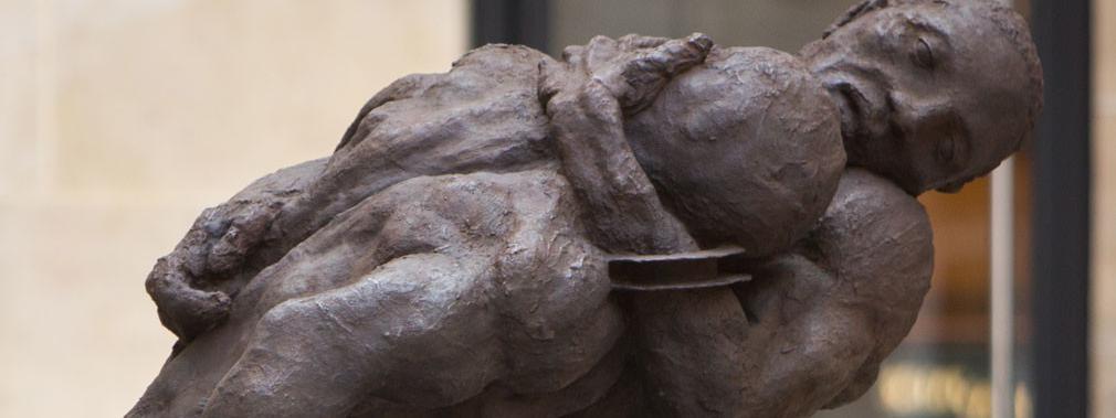"""Un """"Couple de lutteurs"""" en bronze d'Ousmane Sow inauguré à Paris"""
