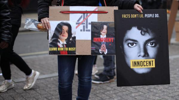 """""""C'est de l'atteinte à la mémoire d'un mort"""" : des fans de Michael Jackson assignent en justice le documentaire-choc avant sa diffusion en France"""