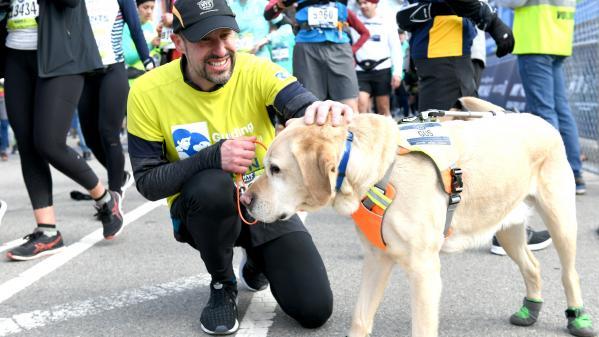La médaille du jour. Aveugle, il devient le premier à boucler un semi-marathon grâce... à ses chiens !