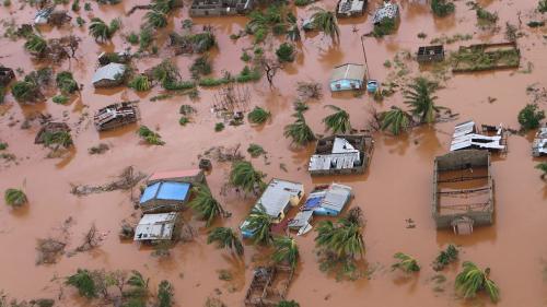 """""""On a vu des milliers de gens sur les toits"""": un pilote d'hélicoptère découvre par hasard des rescapés du cyclone Idai au Mozambique"""