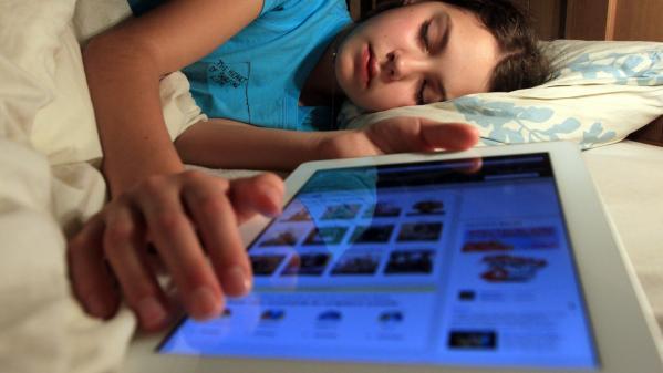 """""""Je me suis encore réveillé à 3 heures du matin"""": le sommeil des Français passe sous la barre des sept heures, notamment à cause des écrans"""