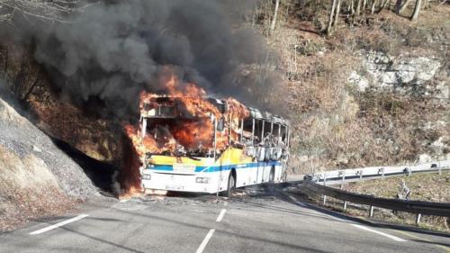 VIDEO. Isère : pas de blessé après l'incendie d'un bus près de Grenoble grâce au sang-froid du chauffeur