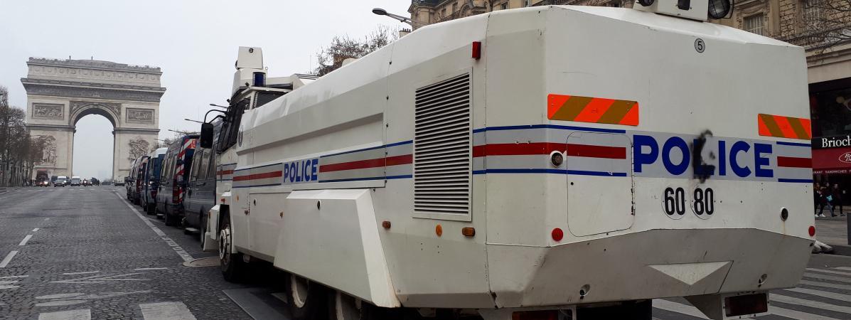 Des véhicules des forces de l\'ordre sur les Champs-Élysées, à Paris, le samedi 23 mars 2019.