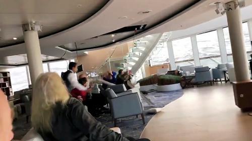 """""""Les passagers étaient projetés au milieu des débris de verre"""" : le navire norvégien """"Viking Sky"""" a frôlé la catastrophe"""