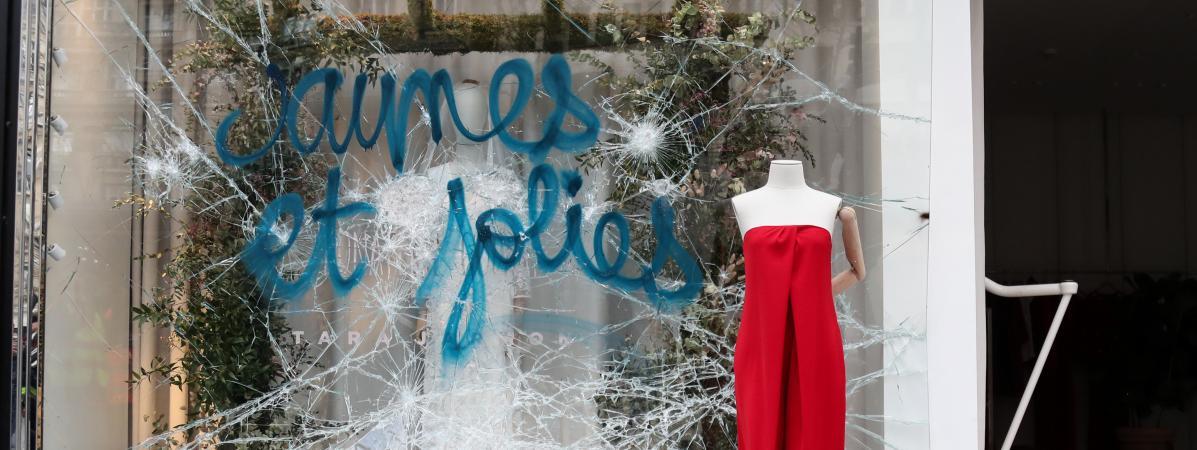 """Une vitrine vandalisée en marge d\'une manifestation des \""""gilets jaunes\"""", le 16 mars 2019 à Paris."""