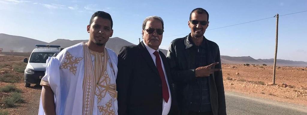 Le militant sahraoui pour les droits de l\'Homme Mbarek Daoudi (au centre) à sa sortie du centre pénitentiaire de Bouizakarne au nord de Guelmim, le 28 mars 2019.