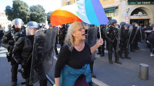 """""""Gilets jaunes"""" : le procureur affirme qu'un """"policier isolé"""" a """"provoqué la chute"""" de la manifestante blessée à Nice"""