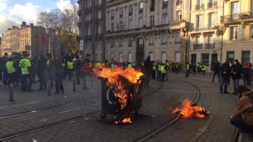 """""""Gilets jaunes"""" : le maire de Bordeaux """"redoute l'accident"""" et demande aux habitants de """"rester chez eux"""" samedi"""