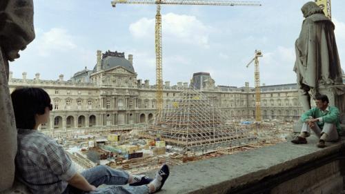 """VIDEO. """"Atroce"""", """"absurde"""", """"du vide""""... Quand la pyramide du Louvre faisait polémique"""