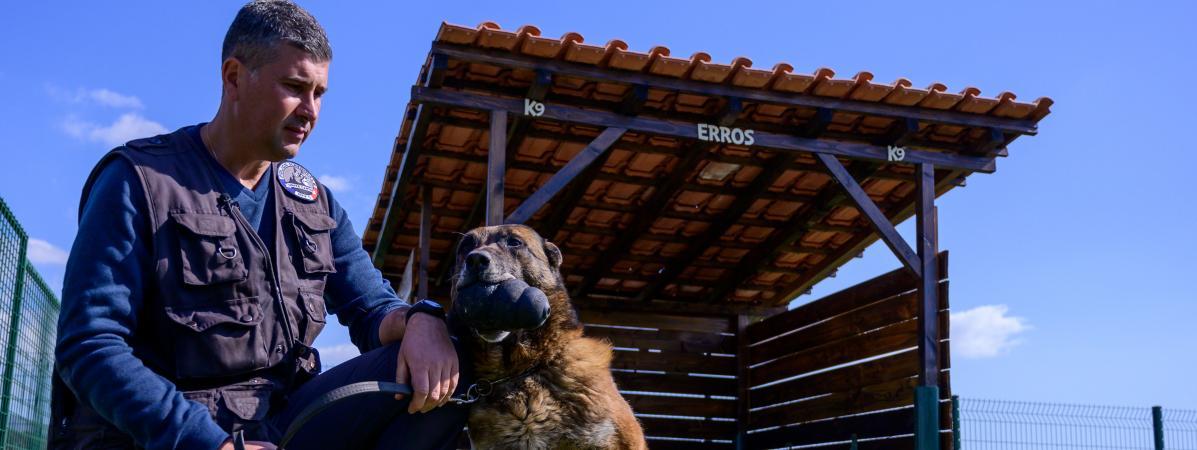 Deux policiers lancent une cagnotte pour ouvrir une maison de retraite pour les chiens de la brigade canine