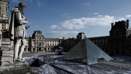 A peine achevée, l'œuvre de l'artiste JR à la pyramide du Louvre se décolle déjà