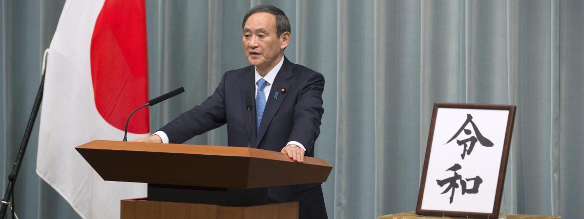 Le secrétaire général du Cabinet, Yoshihide Suga, annonce le nom de la nouvelle ère impériale, lors d\'une conférence de presse, à Tokyo (Japon), le 1er avril 2019.