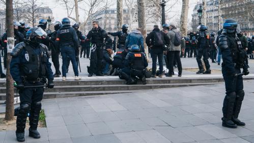 """Le policier qui a fait un malaise cardiaque à Paris le 23 mars """"a ouvert les yeux"""""""