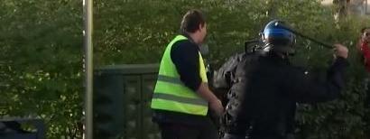 """Capture d\'écran de la vidéo, où l\'on voit un \""""gilet jaune\"""" se faire matraquer par un policier à Besançon (Doubs) le 30 mars 2019."""