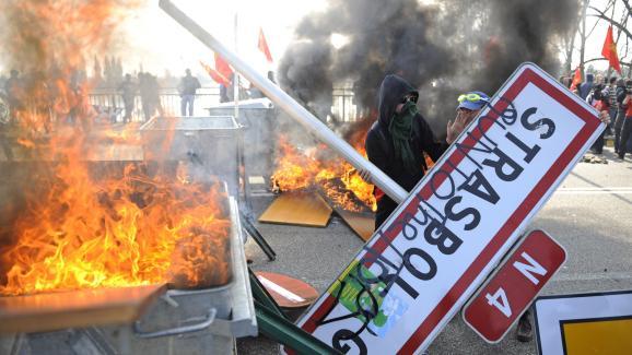 Un manifestant contre le sommet de l\'Otan, devant une barricade en flammes à Strasbourg,le 4 avril 2009.