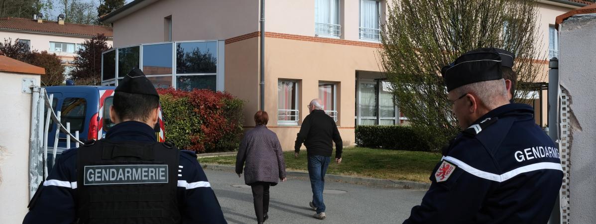 Des gendarmes à l\'entrée de l\'Ehpad de Lherm (Haute-Garonne), au lendemain de la mort de cinq résidents, le 1er avril 2019.