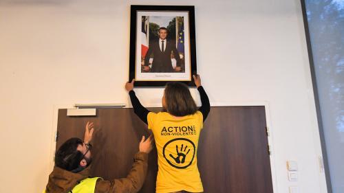 Paris : un nouveau portrait de Macron décroché par des militants écologistes dans une mairie