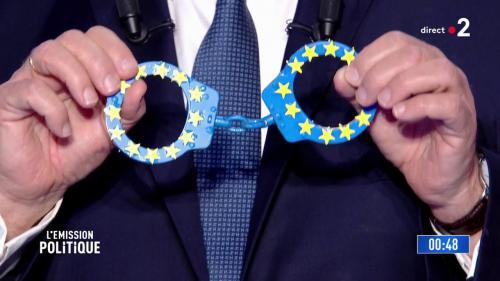 VIDEO. Menottes, passoire, gilet de sauvetage... Les candidats aux européennes ne sont pas venus les mains vides sur le plateau de France 2