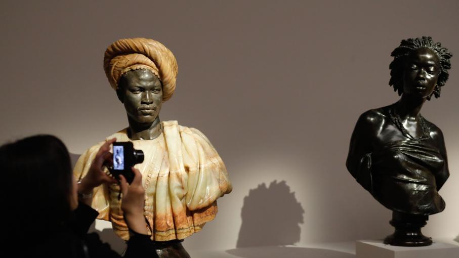 quel est donc ce buste qui attire l 39 il dans l 39 exposition. Black Bedroom Furniture Sets. Home Design Ideas