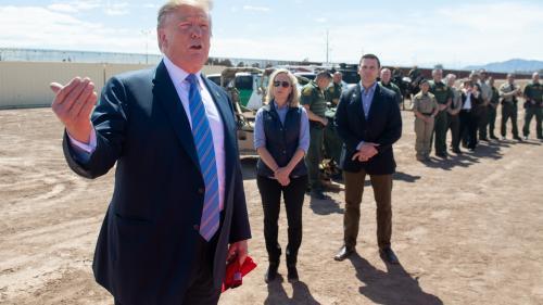 """""""On est complet"""" : à la frontière mexicaine, Donald Trump vante les mérites de son mur"""