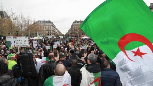 """A Paris, des milliers de manifestants toujours dans la rue """"contre le système"""" en Algérie"""