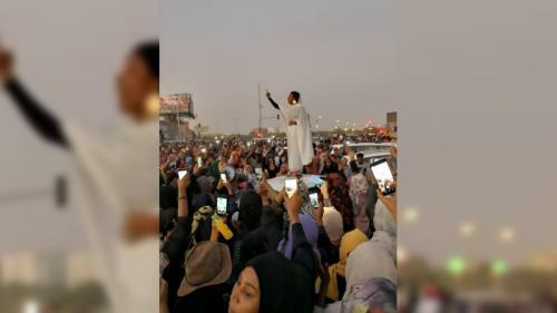 Soudan : une femme vêtue de blanc devient le symbole de la contestation contre Omar El-Béchir