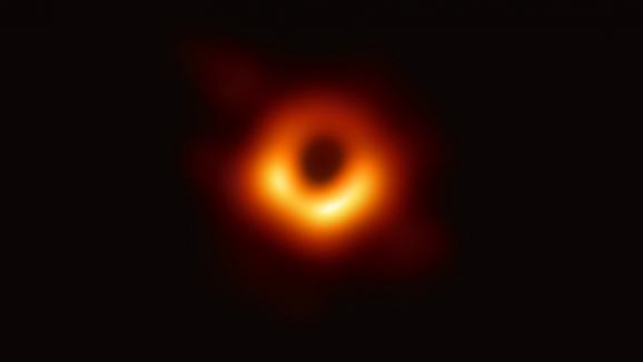 Voici la première image d\'un trou noir jamais présentée. Elle a été réalisée dans le cadre du projet international EHT et dévoilée mercredi 10 avril 2019.