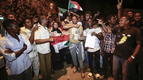 Soudan : après la destitution d'Omar el-Béchir, des milliers de manifestants devant le QG de l'armée malgré le début du couvre-feu