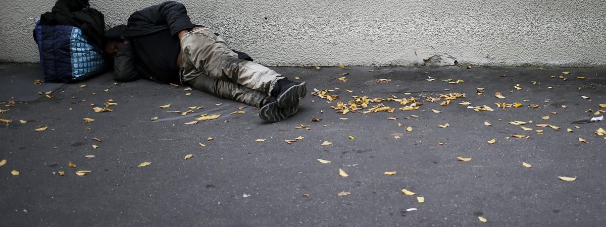 Un homme sans abri dort dans la rue, à Caen (Calvados), le 14 septembre 2018.