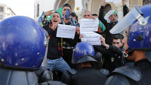 Algérie : nouvelle déferlante de manifestants à Alger pour réclamer le départ du président par intérim Abdelkader Bensalah
