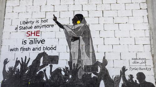 Au Soudan, l'image d'une étudiante drapée de blanc au dessus de la foule inspire les artistes