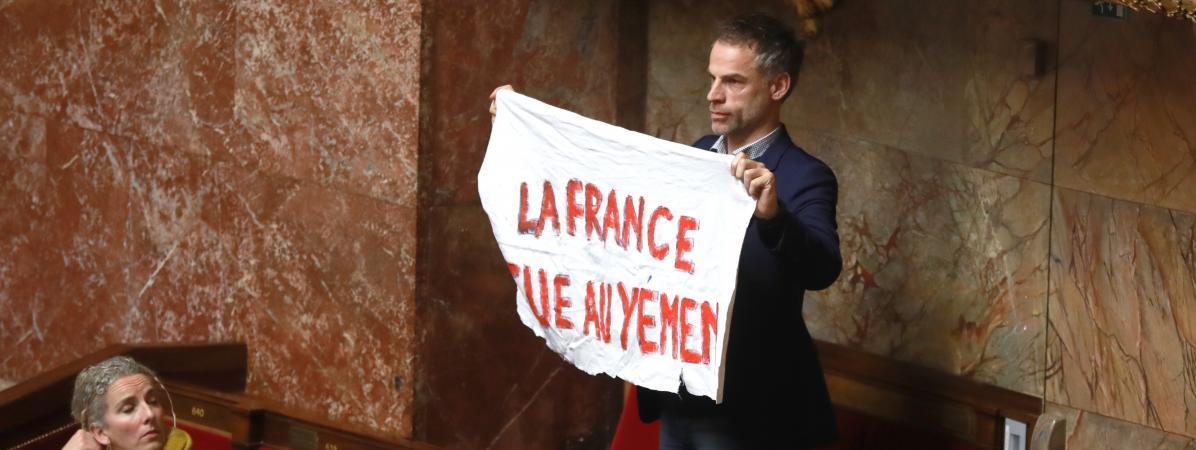 LedéputéSébastien Nadot brandit une bannière à l\'Assemblée nationale, le 19 février 2019.