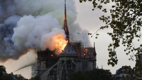 VIDEO. Les images de l'effondrement de la flèche de Notre-Dame de Paris, ravagée par un terrible incendie