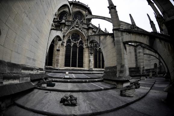 Des pierres tombées de la cathédrale Notre-Dame de Paris sur le toit du bâtiment, le 28 juin 2017.