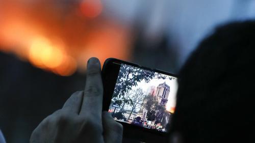 """Un """"déséquilibré"""" sur le toit, des rosaces """"explosées""""... Sept infox qui ont circulé après l'incendie de Notre-Dame"""