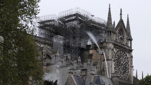 """DIRECT. Incendie à Notre-Dame : """"Le péril du feu est écarté"""", des doutes sur la """"stabilité de la structure"""", selon l'Intérieur"""