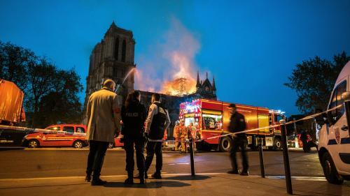 """DIRECT. Incendie de Notre-Dame : deux policiers et un sapeur-pompier """"légèrement blessés"""""""