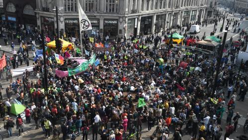 Londres : des activistes bloquent les accès à la ville pour alerter sur le réchauffement climatique
