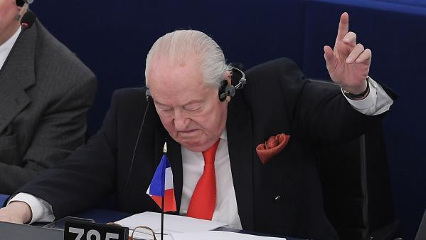 """""""Députés qui êtes restés aveugles, sourds et muets, la postérité vous maudira"""" : Jean-Marie Le Pen a quitté le Parlement européen"""